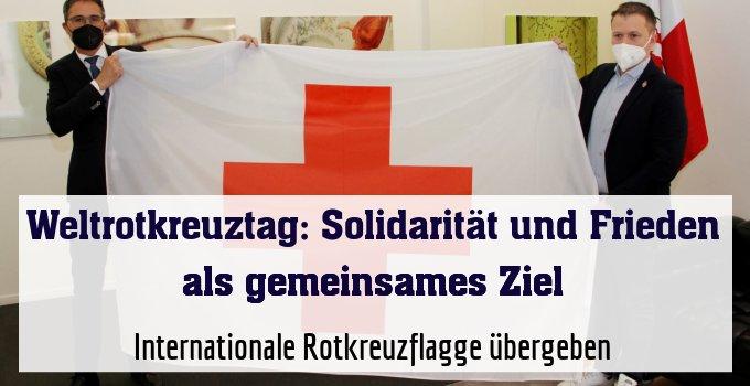 Internationale Rotkreuzflagge übergeben