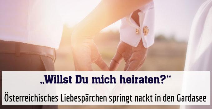 Österreichisches Liebespärchen springt nackt in den Gardasee