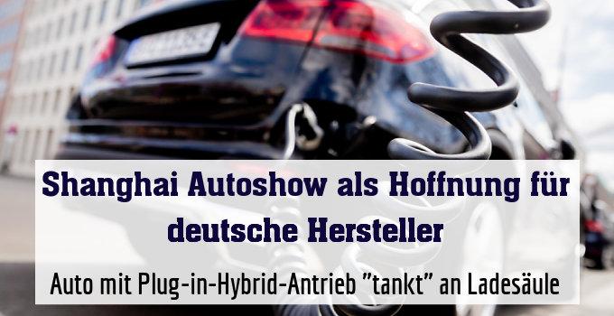 "Auto mit Plug-in-Hybrid-Antrieb ""tankt"" an Ladesäule"