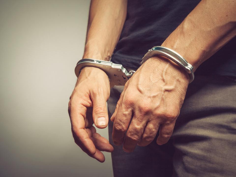©-BortN66---Fotolia.com-handschellen-verhaftung-festnahme-polizei