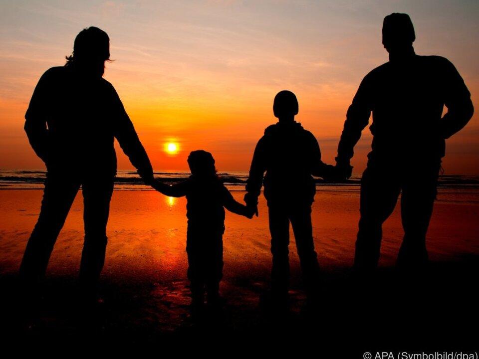 Die Hälfte der Eltern erzieht ihre Kinder pragmatisch familie sonnenuntergang