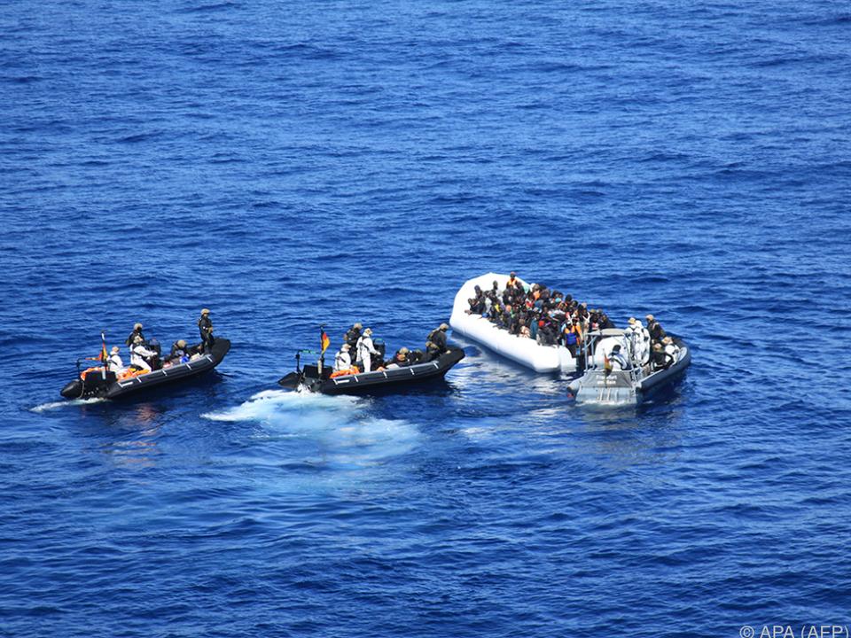 flüchtling Immer wieder geraten Schlauchboote in Schwierigkeiten