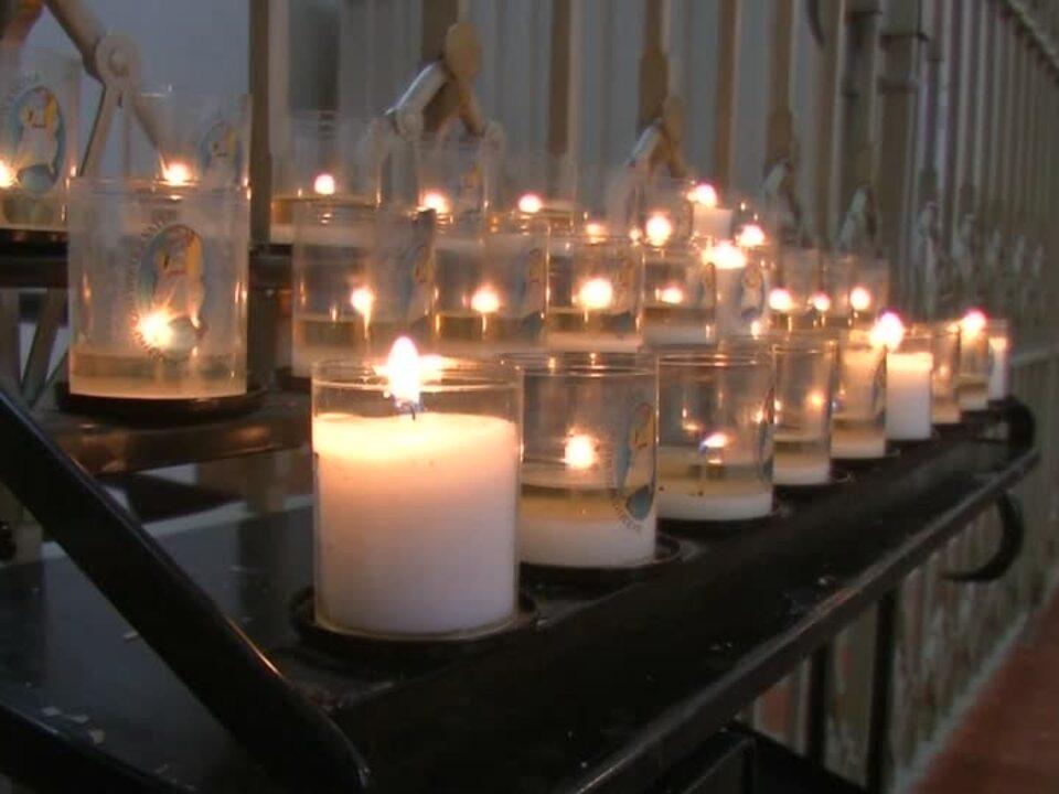 Gläubige beten für die Toten von München trauer kerze