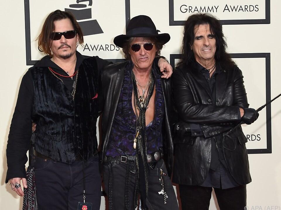 Joe Perry mit seinen Bandkollegen Johnny Depp und Alice Cooper