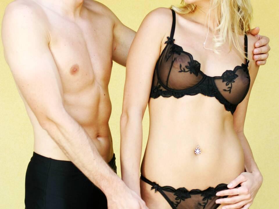 Junges Paar in Unterwäsche - sexy