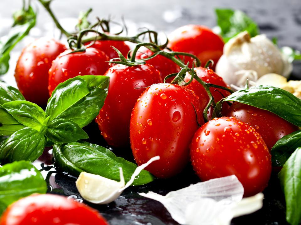 ©-karepa---Fotolia.com-tomate-sommer-basilikum-essen-gericht