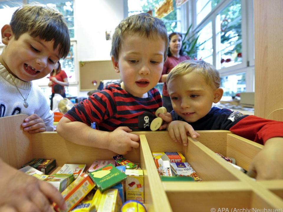 kindergarten Spätestens mit vier Jahren müssen die Kids in den Kindergarten