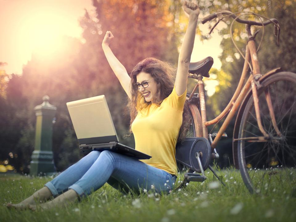 ©-olly---Fotolia.com-computer-frau-internet-laptop freude job