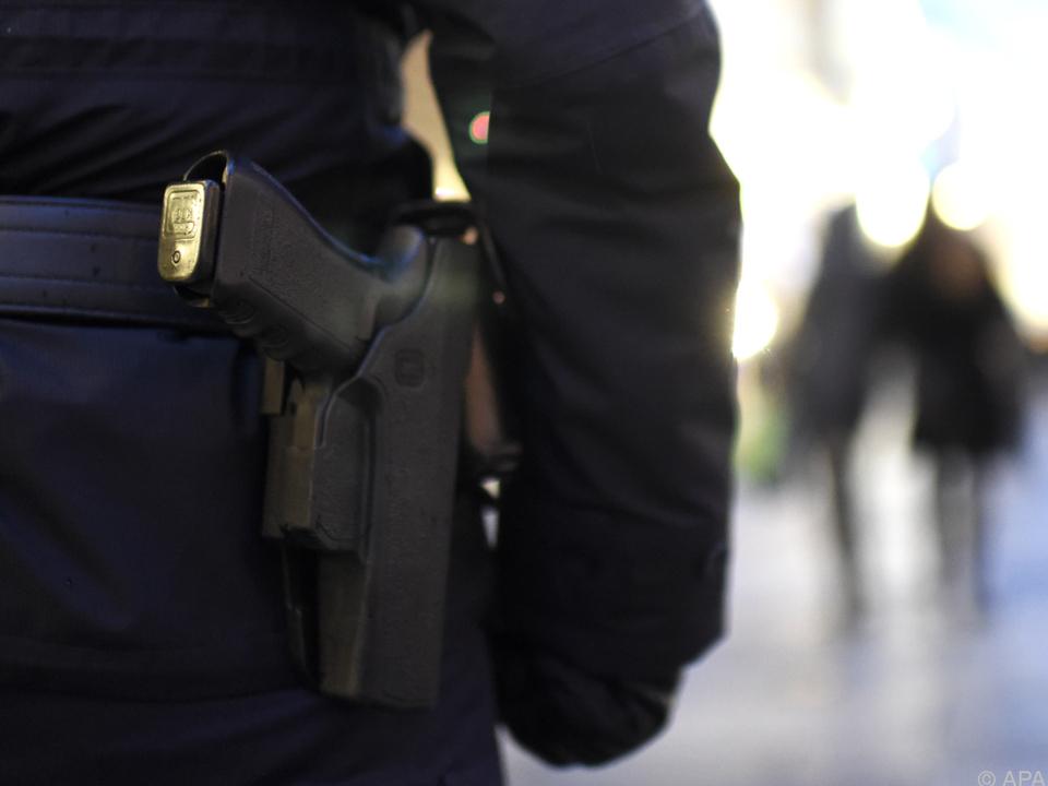 pistole polizei Die Übergabe fand unter hohen Sicherheitsvorkehrungen statt