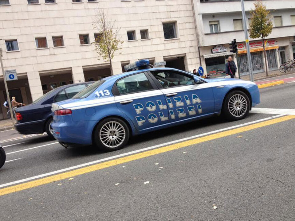 Polizeiauto_stadttheater_bozen_compraoro_stnewslu_34