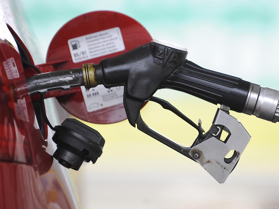 tanken tankstelle Niedrige Preise für Treibstoffe und Heizöl drückten Energiepreisindex