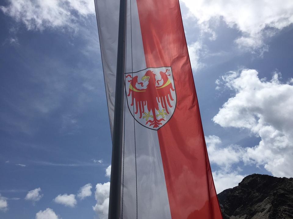 tirol-freiheit-fahne-adler-schutzhütte-stnewslu andreas hofer