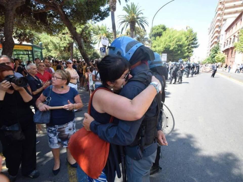 Umarmung Polizist-Mutter Agente LISA facebook