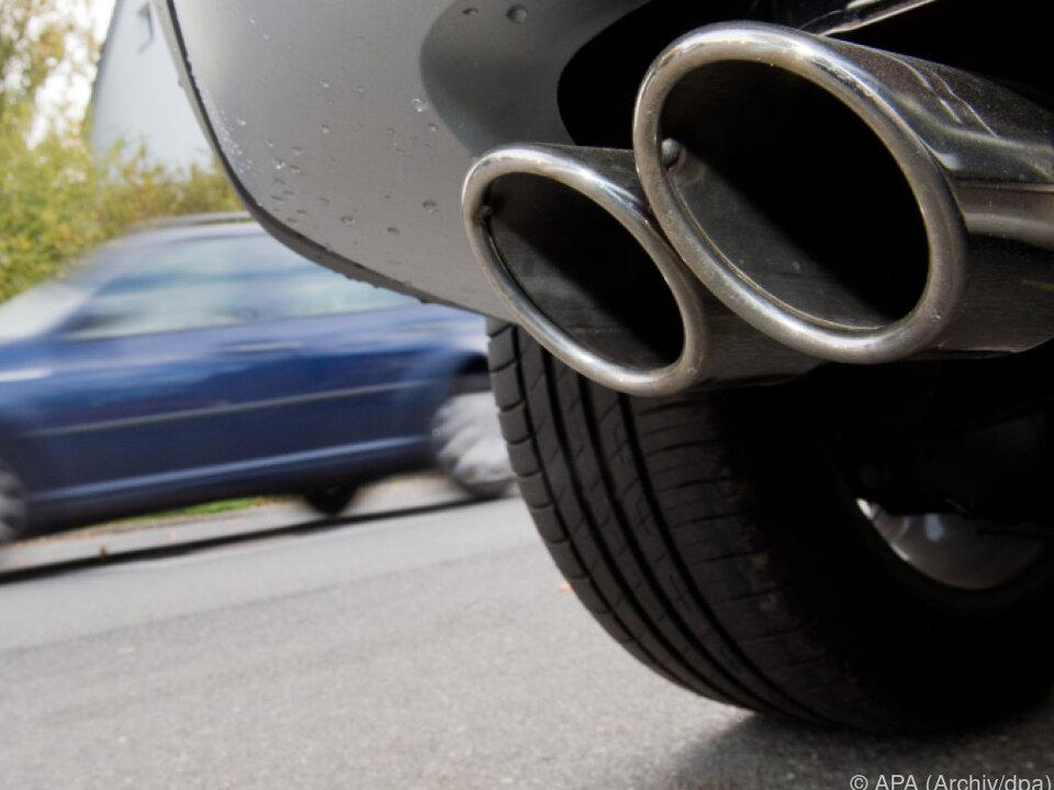 Verkehr als Spitzenreiter bei Treibhausgasen auspuff auto