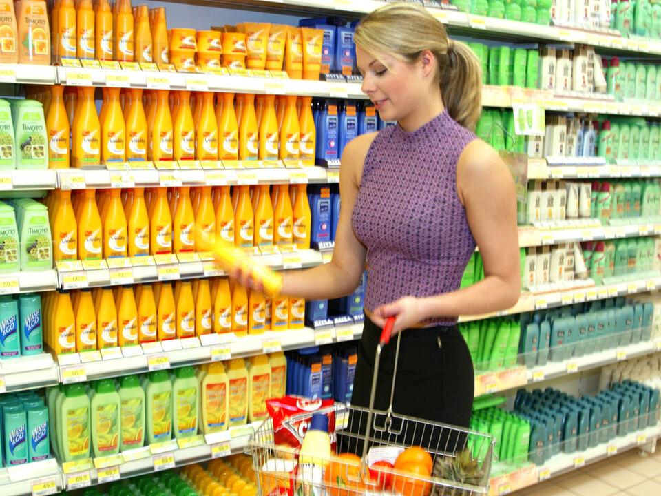 Frau beim Einkaufen im Supermarkt (Modellfreigabe) shopping