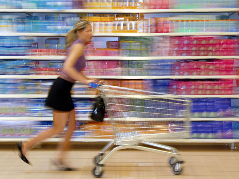 Frau beim Einkaufen (Modellfreigabe) shopping handel