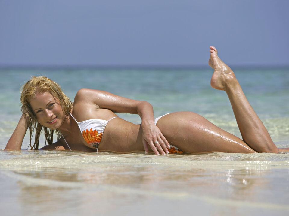 urlaub sexy Junge Frau erholt sich im Sommerurlaub am Meer (Modellfreigabe)