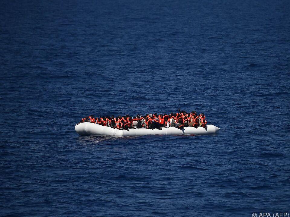 Migránsok Olaszországba szervezett embercsempészettel
