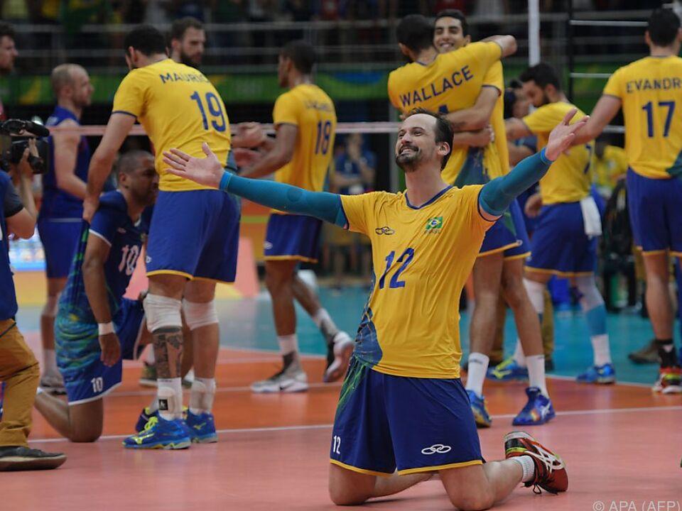 Brasiliens Volleyballer feiern 3:0-Halbfinalsieg gegen Russland