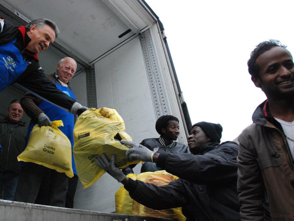 caritas-3.000-freiwillige-arbeiten-bei-der-gebrauchtkleidersammlung-hand-in-hand_01