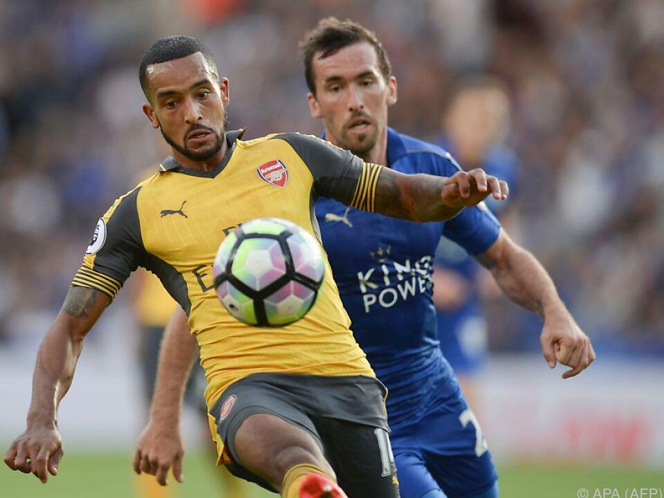 Christian Fuchs im Duell mit Arsenals Theo Walcott