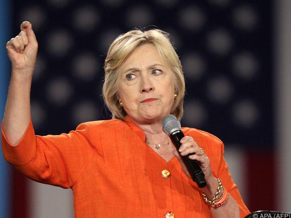 Clinton spricht Trump die Qualifikation für das Amt ab