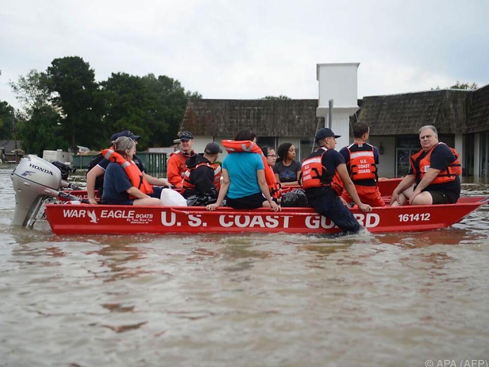 Die Menschen werden in Booten in Sicherheit gebracht