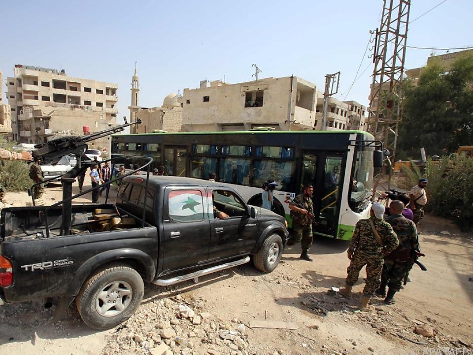 Die Stadt Daraya wird unter Bewachung syrischer Truppen evakuiert