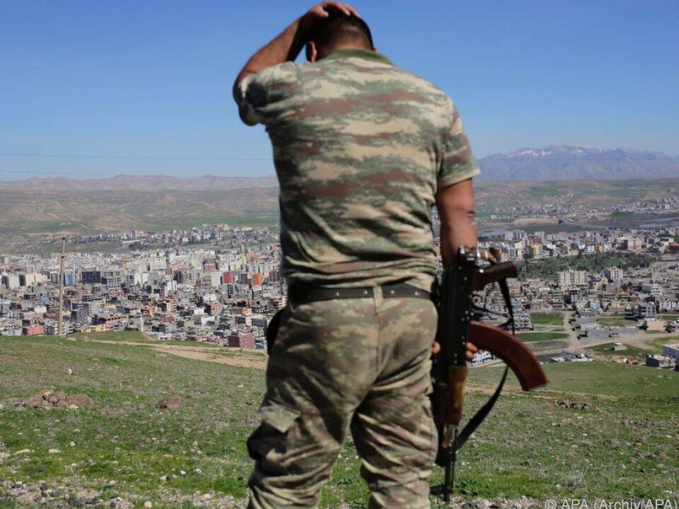 Ein türkischer Soldat vor der Stadt Cizre