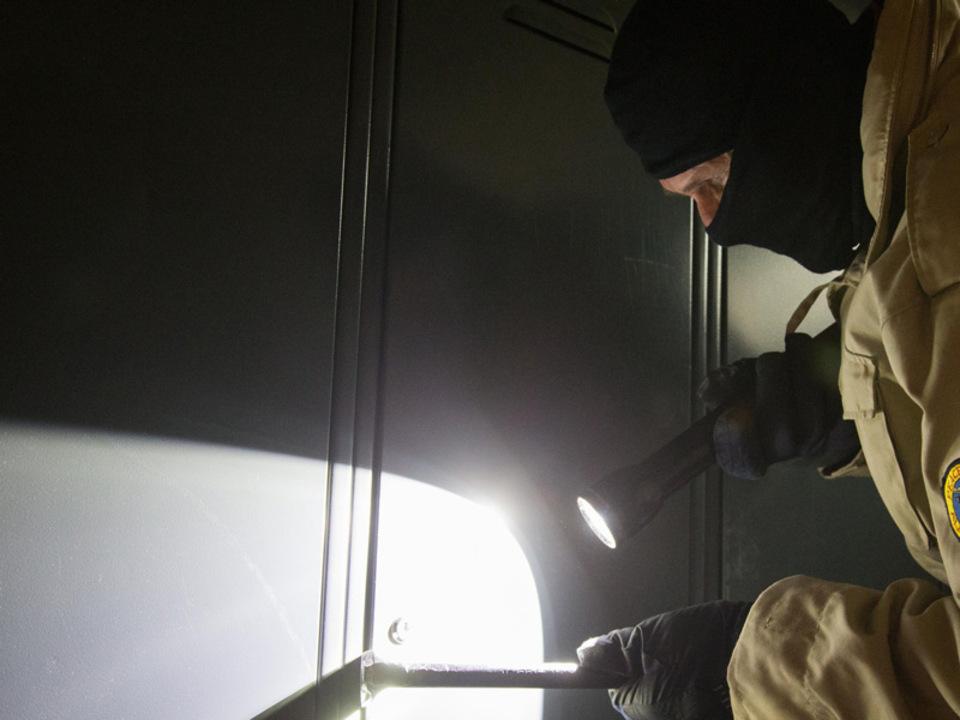 einbrecher-taschenlampe-apa_12
