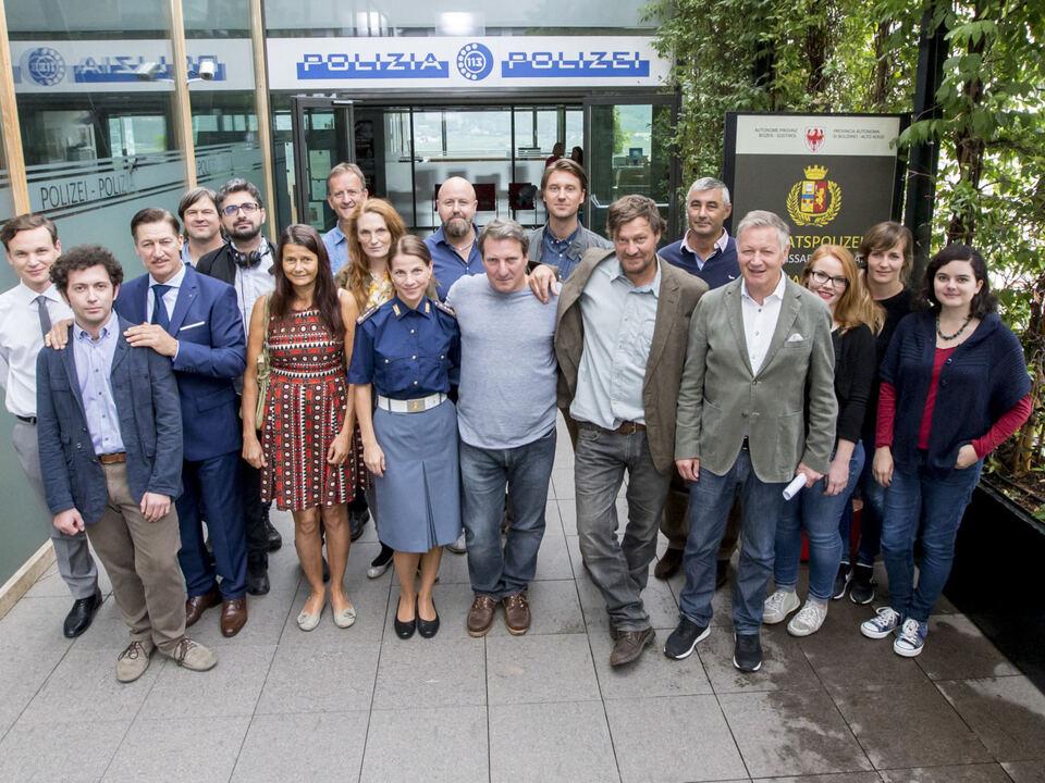 """Gemeindeausschuss von Marling mit den Akteuren des Landkrimis """"Endabrechnung"""" vor dem Eingang der Grundschule Marling"""