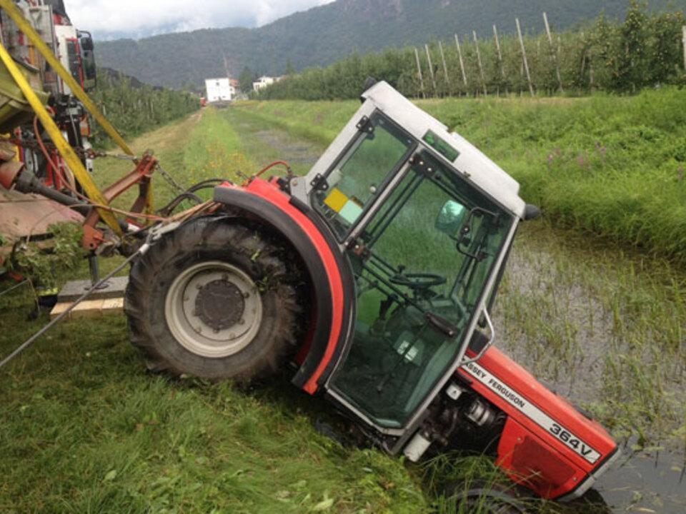 ff-auer-traktor-graben