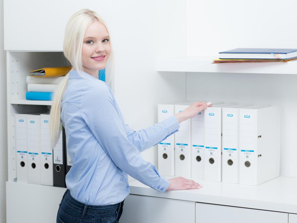 praktikantin sortiert akten büro arbeit blondine buchhaltung