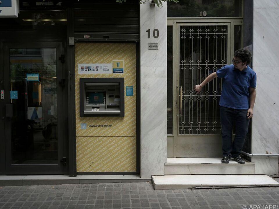 Griechen bringen wieder mehr Erspartes zu den Banken
