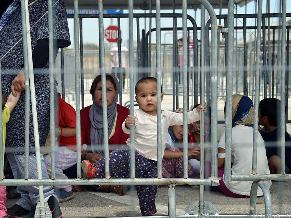 Hunderte Migranten mussten im Freien übernachten flüchtling