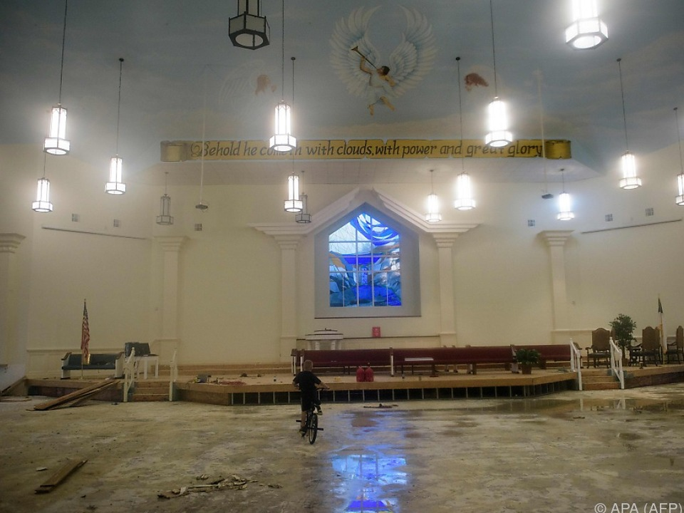 Innenansicht einer überfluteten Kirche