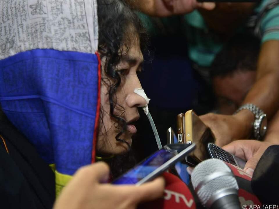 Irom Sharmila trat zum Ende des Hungerstreiks vor die Presse