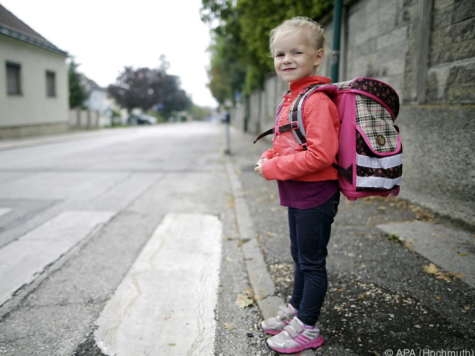 schule schulweg zebrastreifen verkehr Kinder können den Verkehr noch nicht überblicken