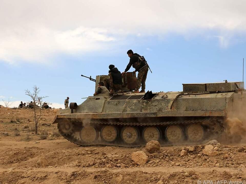 krieg panzer Kurdische Truppen greiffen die Assad-Armee an