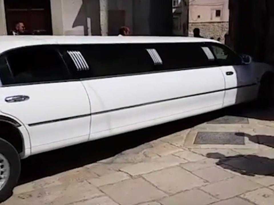 Limousine affittata per le nozze giunge in Cattedrale tenta la manovra impossibile II Bisceglie24