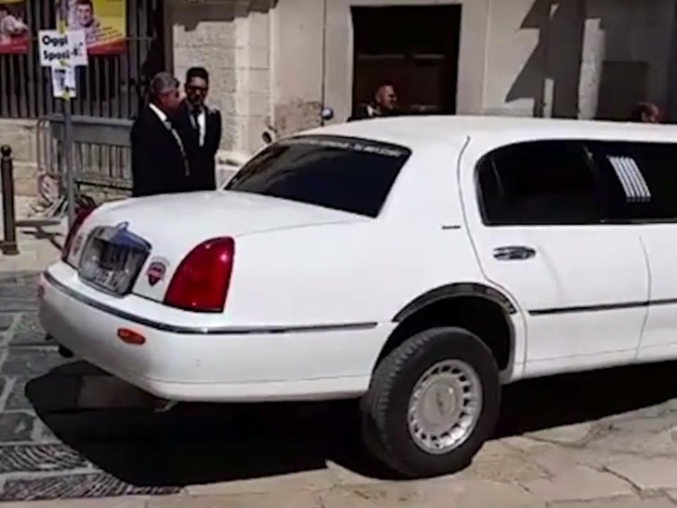 Limousine affittata per le nozze giunge in Cattedrale tenta la manovra impossibile III Bisceglie24