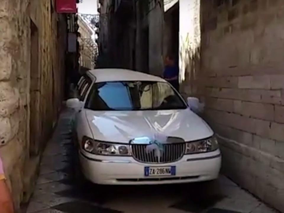 Limousine affittata per le nozze giunge in Cattedrale tenta la manovra impossibile IV Bisceglie24