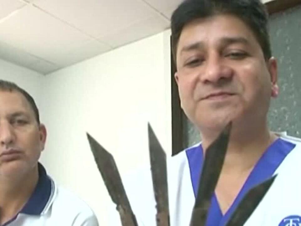 Mann mit 40 Messer im Magen