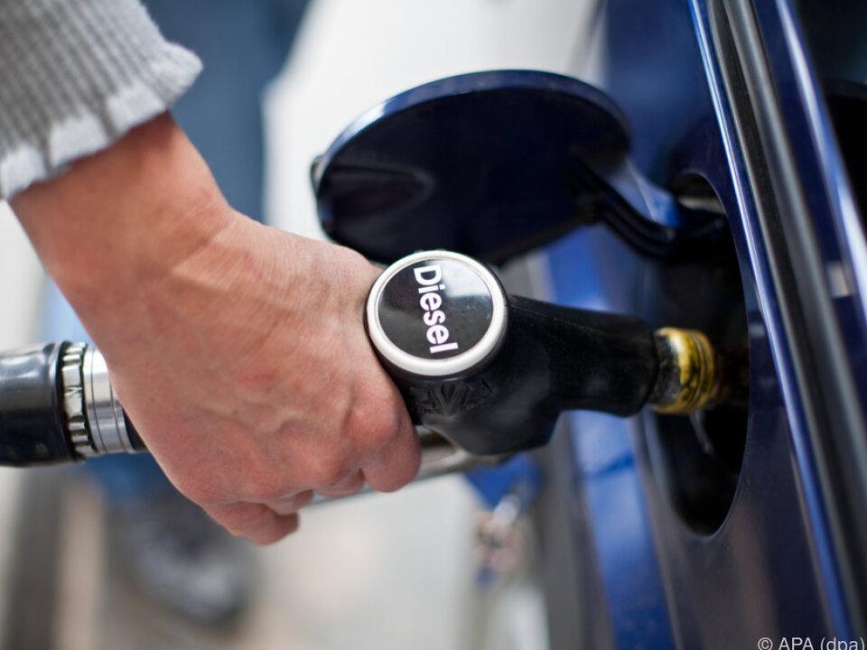 tanken diesel Minister Rupprechter will Steuervorteil für Diesel abschaffen