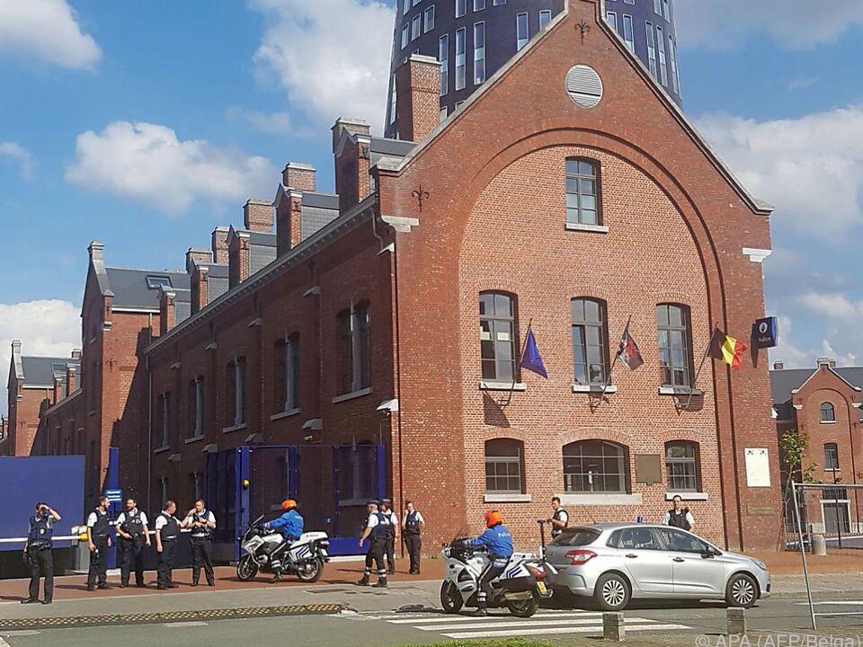 Polizei sichert Bereich rund um Polizeigebäude in Charleroi
