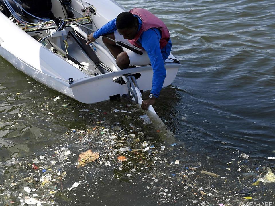 Putztrupps kümmern sich laufend um das verschmutzte Wasser