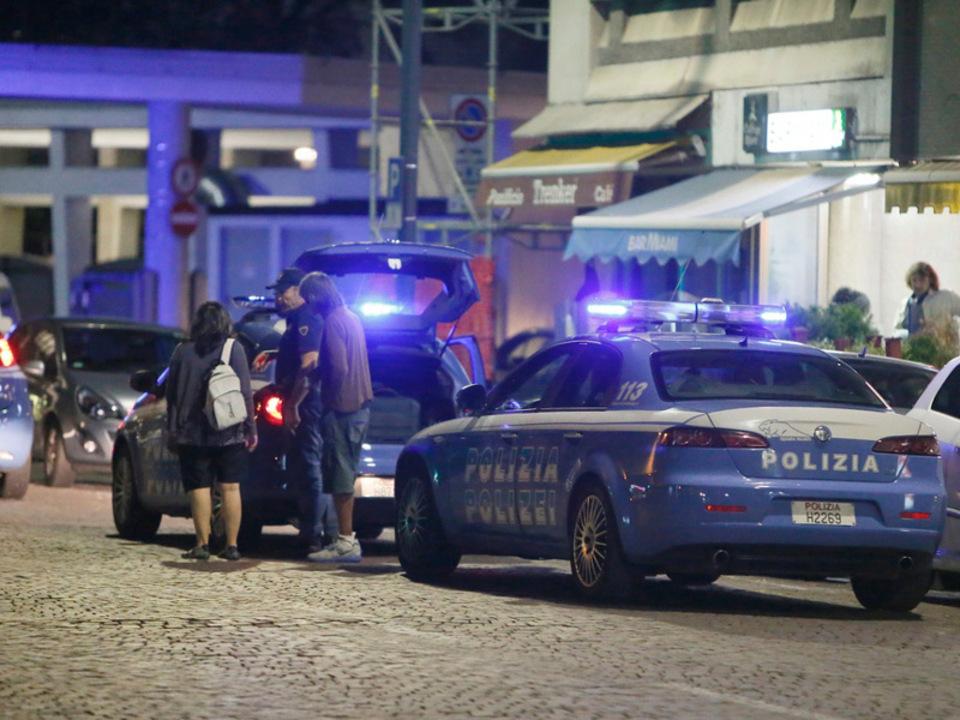 qua__776_stur-polizei-kontrolle-busbahnhof-nacht-blaulicht_03