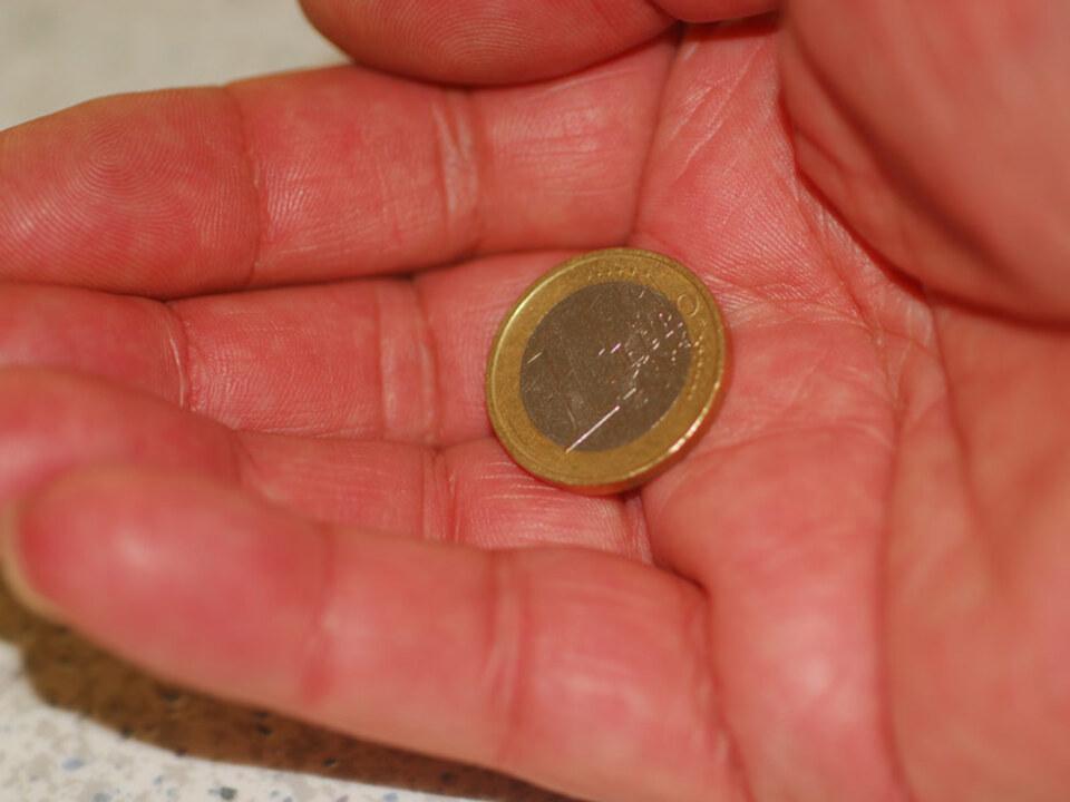 spende_geld_betteln_by_Paul-Golla_pixelio.de_22