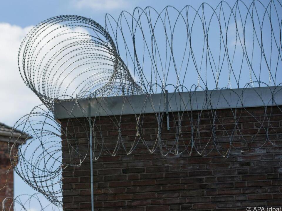 Gefängnis stacheldraht Ein Beamter wurde auf ein Gespräch von Insassen aufmerksam