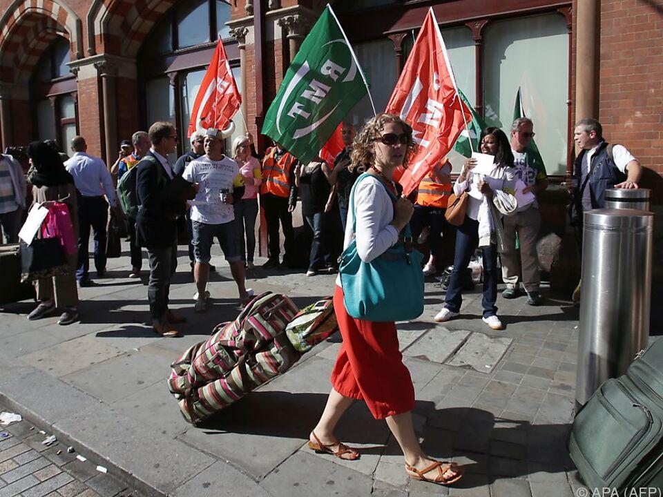 Streikende vor der Eurostar-Station im Zentrum Londons